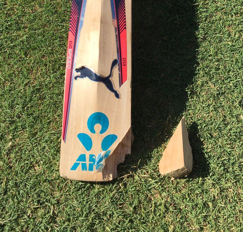 Brendon McCullum's damaged bat courtesy of a Mitch Starc yorker #youwantapieceofme https://t.co/dJWieZLiOT