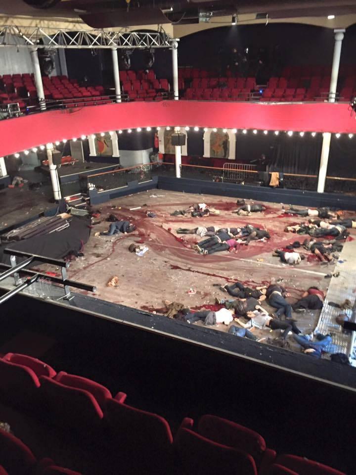 Le Bataclan: credo che, dopo tante parole di solidarietà, questa foto renda parzialmente l'idea #ParisAttacks https://t.co/YFd26LUyiU