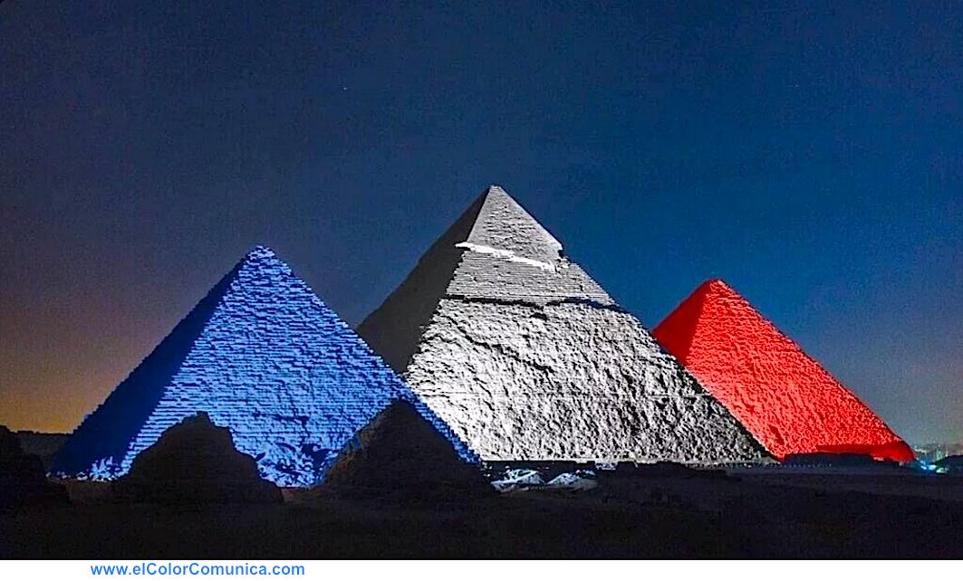 Las pirámides de Egipto con los colores de #Francia #PrayersForParis via @ElColorComunica @PatyGallardo https://t.co/E7Q2F61O5s