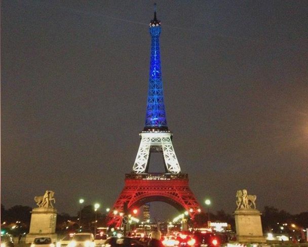 #ParisAttacks > La Tour Eiffel illuminée aux couleurs du drapeau français pour rendre hommage aux victimes