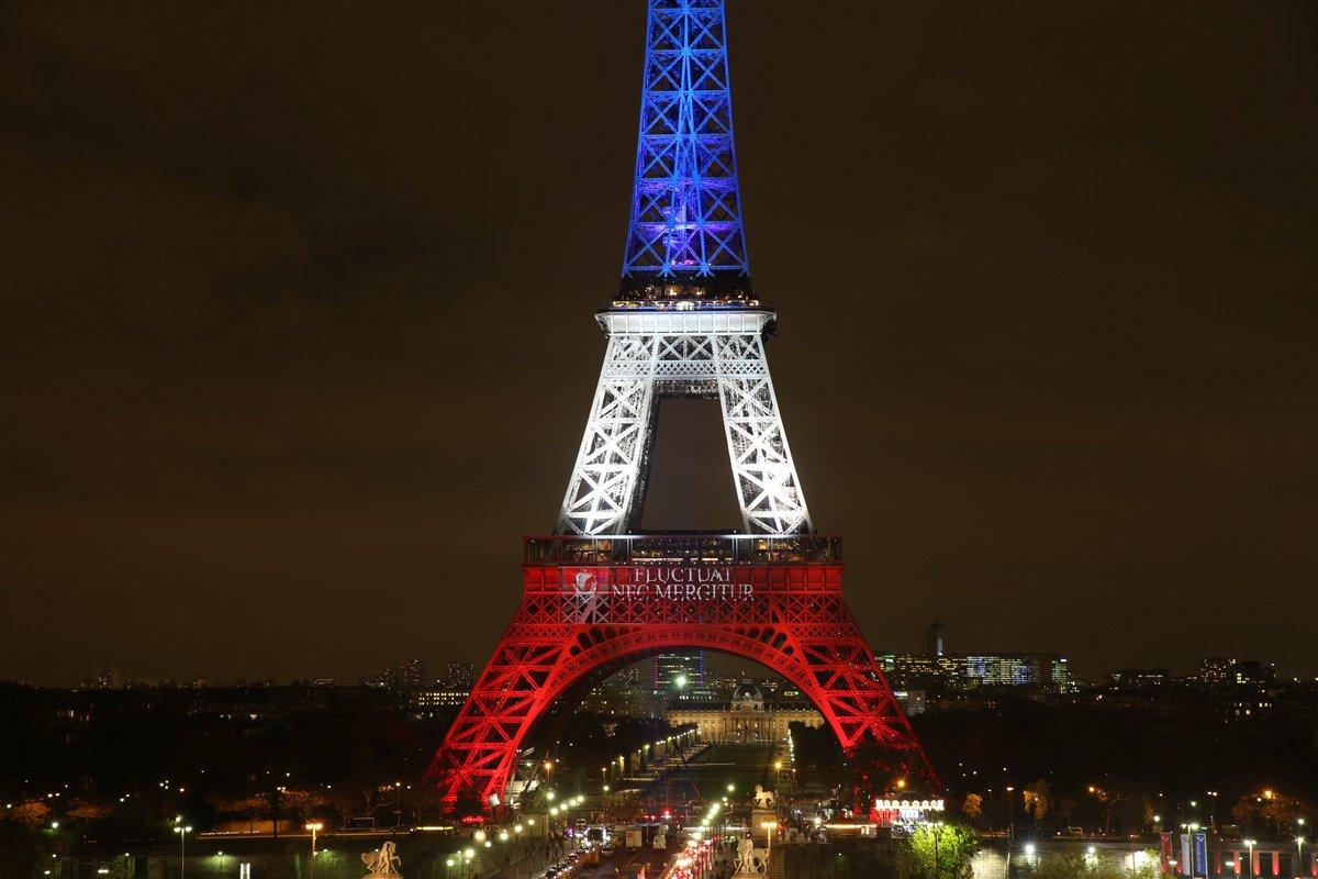 La torre eiffel iluminada con los colores de la bandera for A l interieur de la tour eiffel