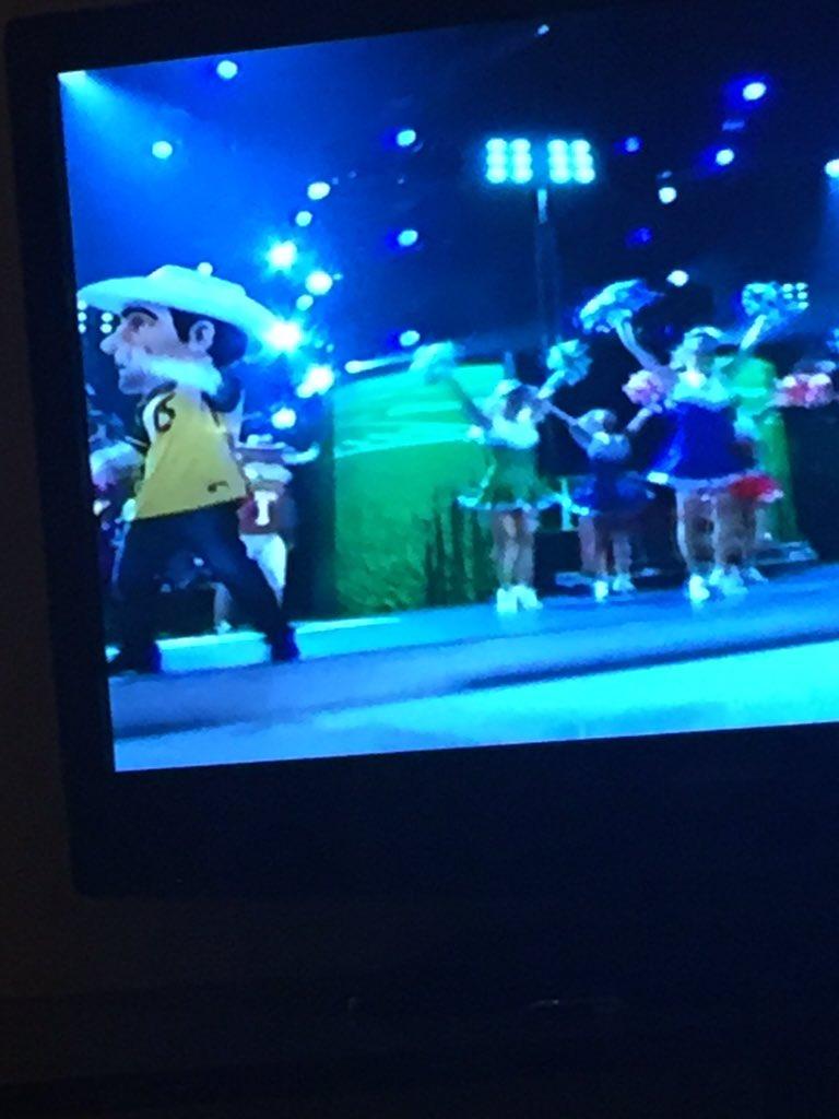 Big Head @BradPaisley wearing the No. 15 David Sills jersey on #CMAawards #WVU https://t.co/kHx4nPwgtT