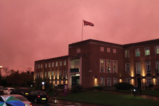 Did you spot the unusual pink sky over Maidenhead this evening? https://t.co/9VBDywmsLW