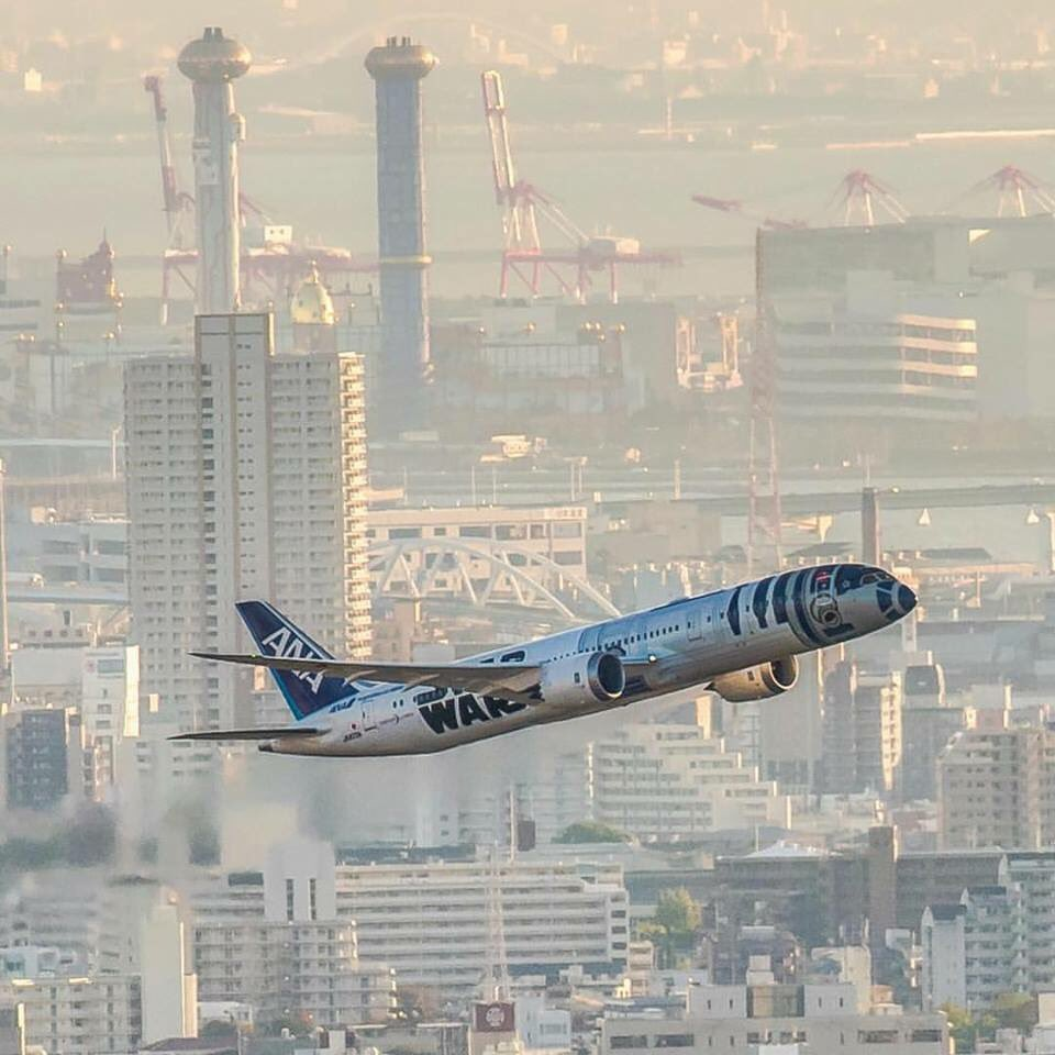 Have you seen the @FlyANA_official #R2D2 #StarWars Jet in real life?