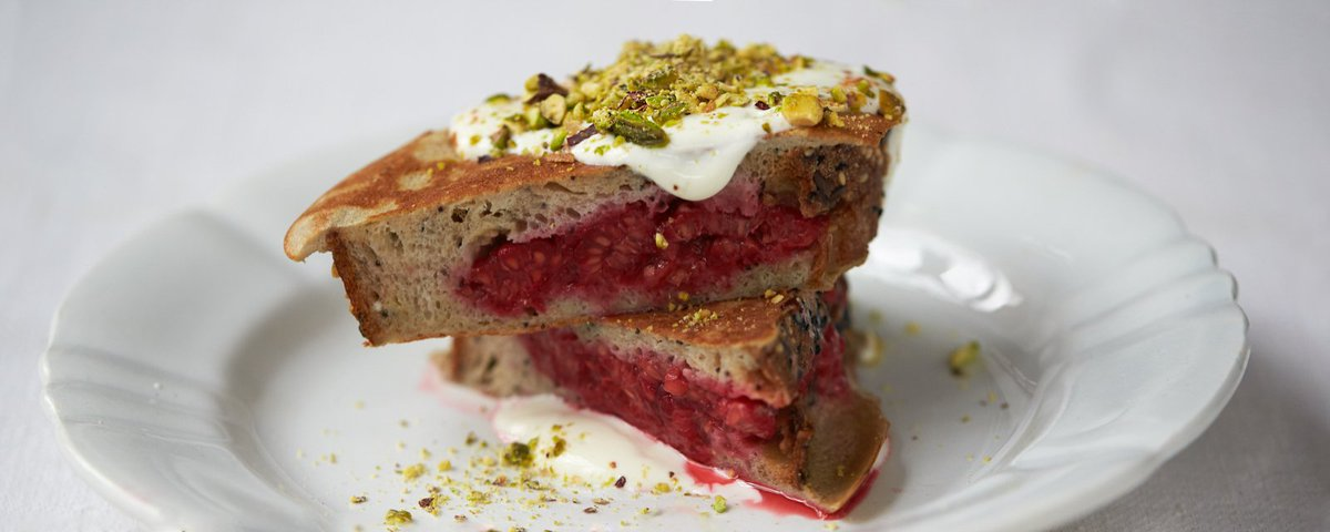 #recipeoftheday Berry pocket eggy bread with pistachios, yoghurt, honey & cinnamon https://t.co/y6xajycpuo https://t.co/mXow59eqJx