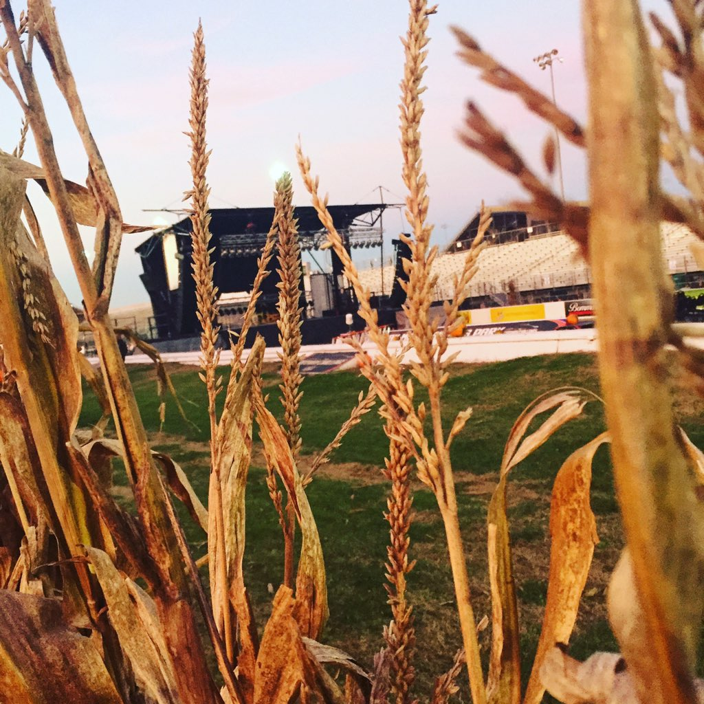 Today is the day! #Concertinthecorn with @thompsonsquare @athousandhorses @BrosephELeeBand at @GatewayMSP. Be ready! https://t.co/FF3hqx0Crd