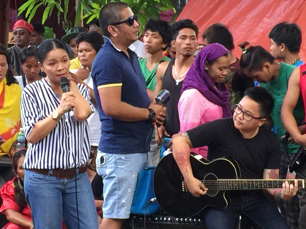 Bayang Barrios at Aiza Seguerra nag alay ng awit sa mga Lumad sa Liwasang Bonifacio bilang pagpapahayag ng suporta. https://t.co/BaaWBS68mA