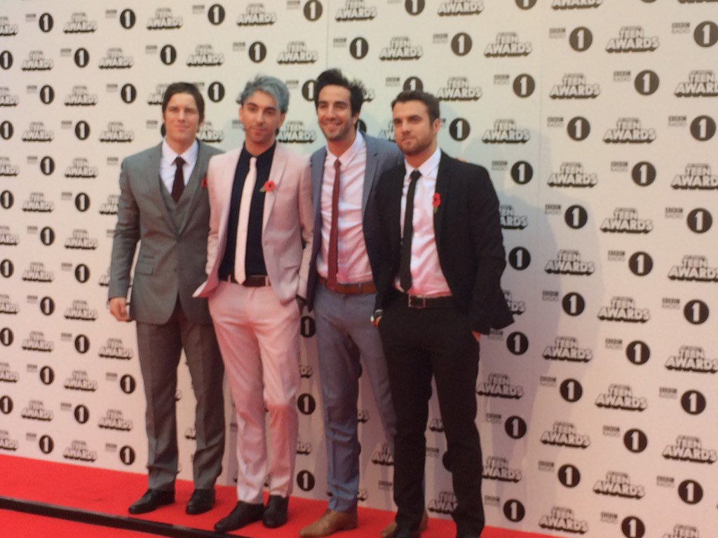 OMG !! @AllTimeLow have just arrived on the red carpet