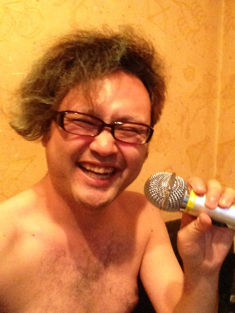 カラオケでデート相手がトイレにいくと言ったまま消えて、悲しくなっても仕方ないので裸で歌う事にしました。32歳独身。 https://t.co/sc0jEXwBWS