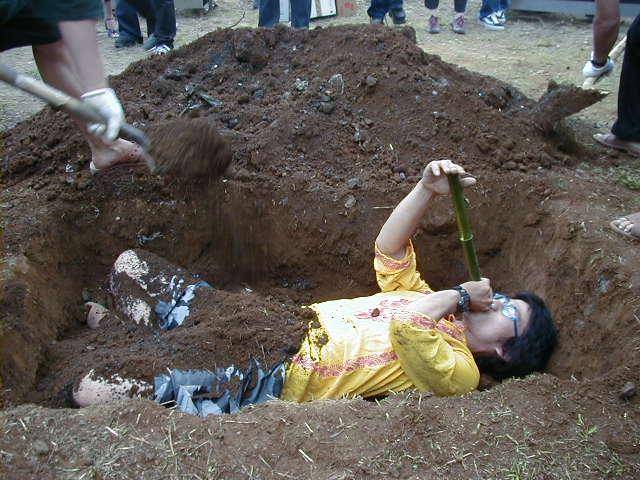 なつかしい!15年も前になるのね。。 RT @manabukoga: 2000年6月、朝霞のヒロポンファクトリー(有限会社カイカイキキの前身)で行われた屋外パーティーで披露されたMr.さん(当時30歳)のパフォーマンス。 https://t.co/VcmnzGLAFO