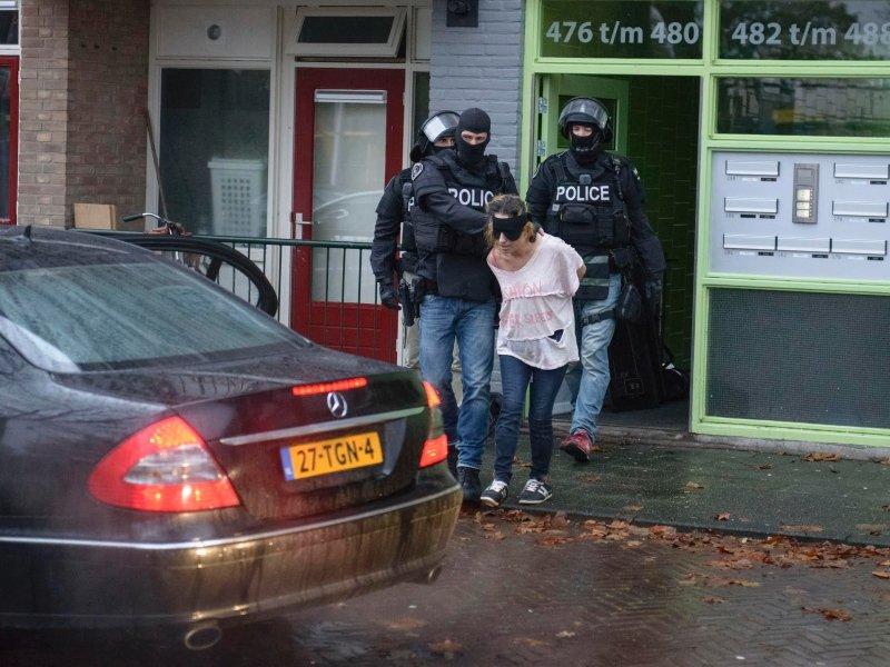 Vrouw in #enschede uit flat gehaald @JandeHoop https://t.co/l4CjW8YQ9p