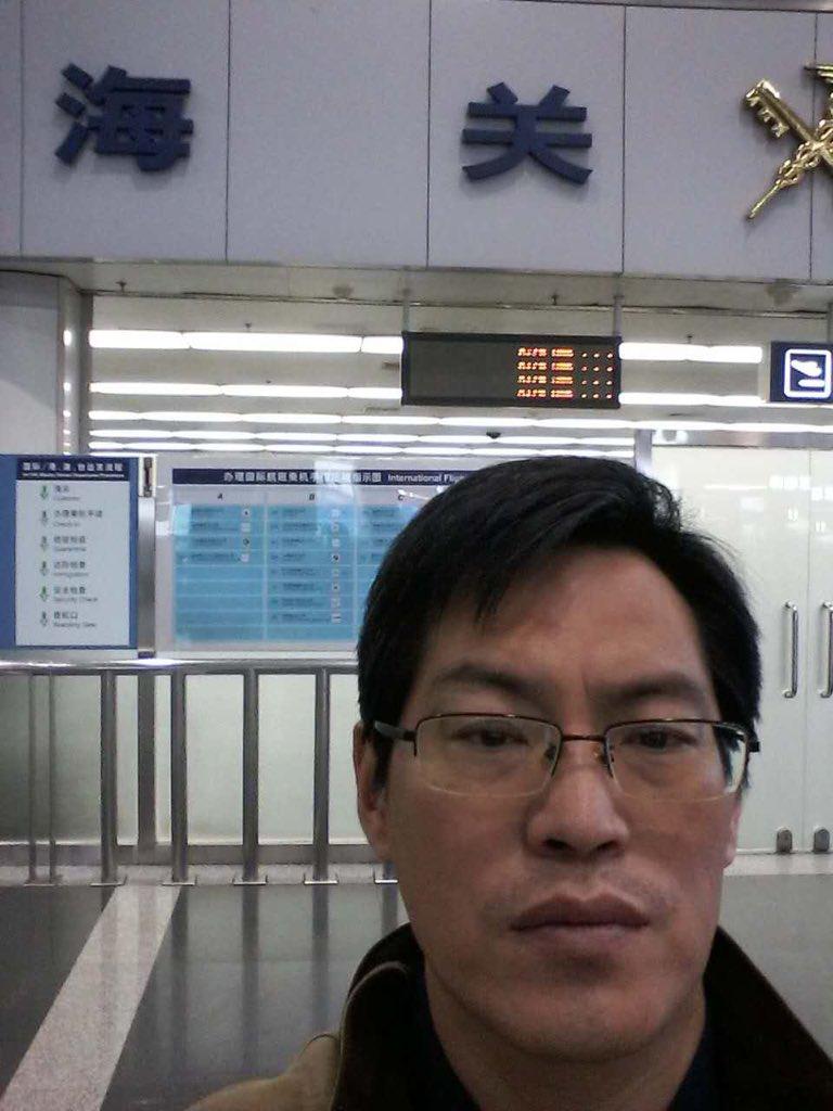 今天上午,蔺其磊律师在北京首都机场被边检拦截。边检人员向他口头告知:接北京市公安局通知,因他出境会危害国家安全,故限制他出境。至此,因直接涉709事件而被限制出境的律师已达17人。 https://t.co/rLUvAQru7V