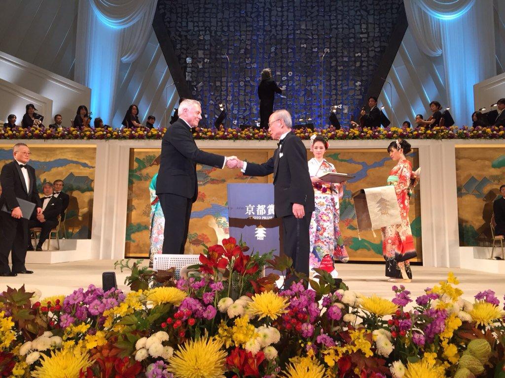 John Neumeier just received the @KyotoPrize ! Congratulations!! #johnneumeier #kyotoprize #kyoto https://t.co/uEx4VsTk9K