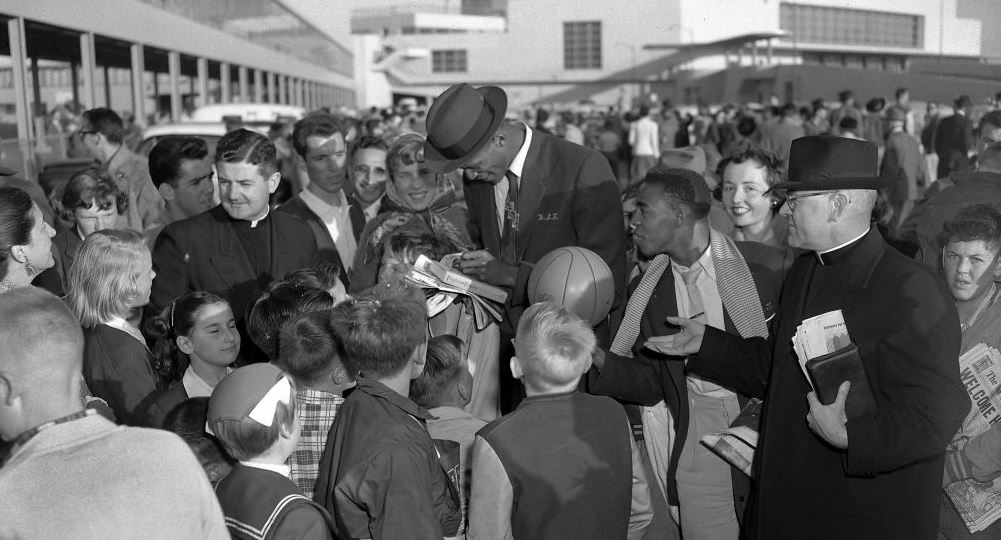 RT @TimothyORourke: Awesome photo: Bill Russell signs autographs at @flySFO in 1955. via @peterhartlaub https://t.c…