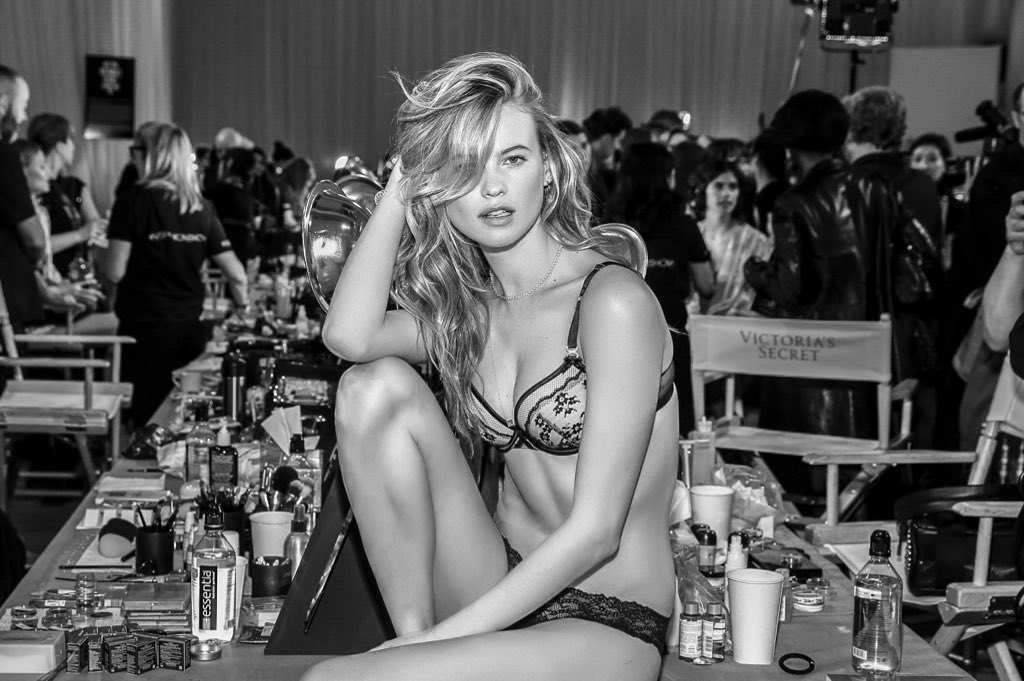 All eyes on @BeePrinsloo ????. #VSFashionShow https://t.co/dzu9aS9d1G
