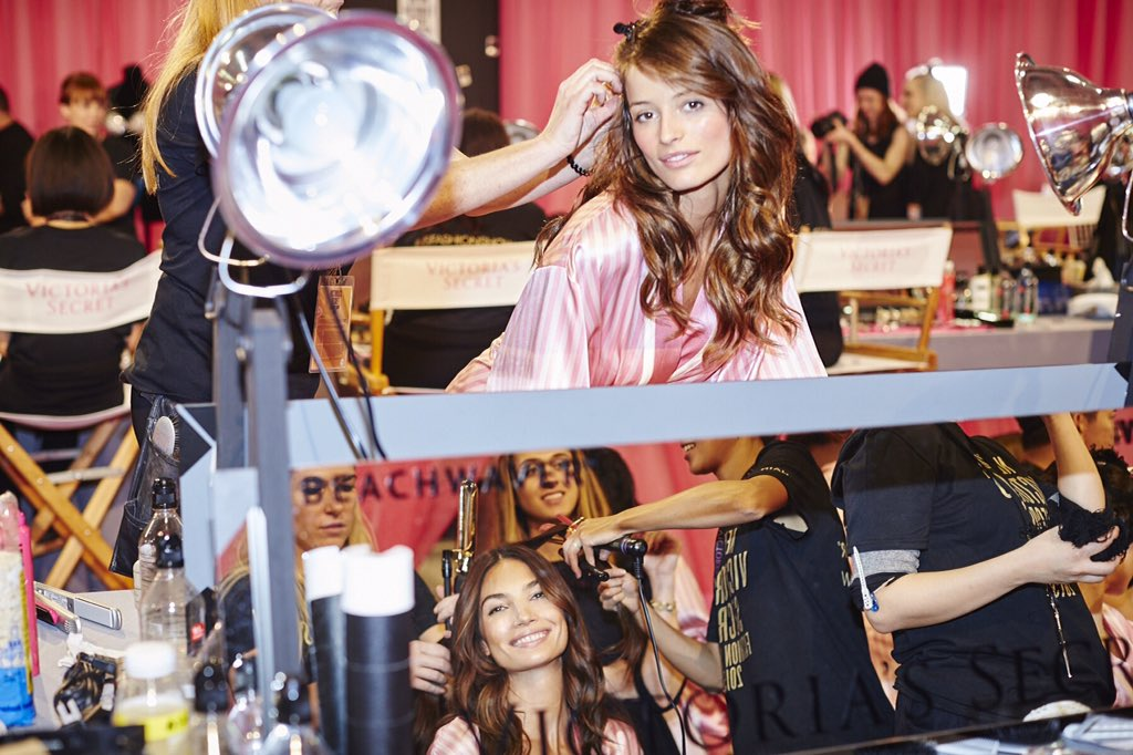 Double the Angels, double the glam, with @Lucciniflavia & @LilyAldridge. ???? #VSFashionShow https://t.co/GMTqHaT7kw