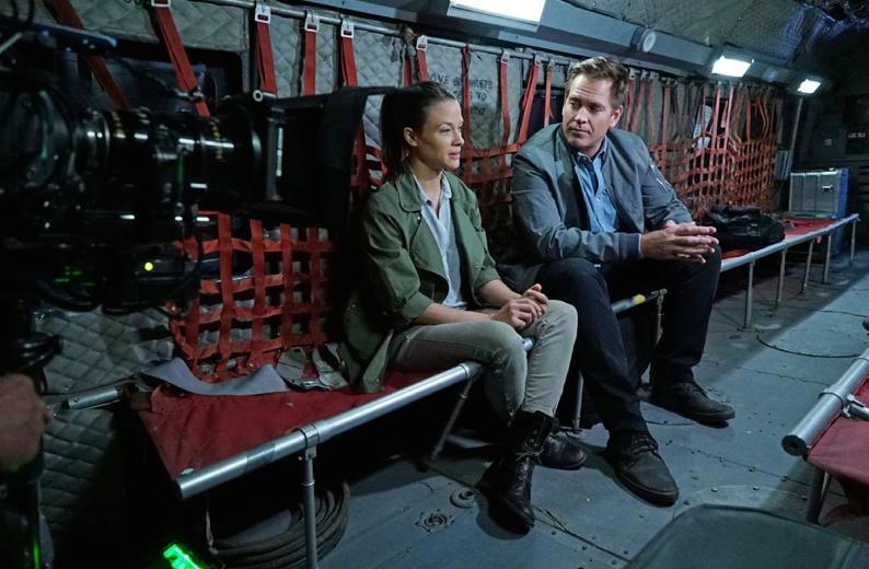 Natáčení 13 - 8. Saviors (Spasitelé), vlevo hostující herečka Scottie Thompsonová