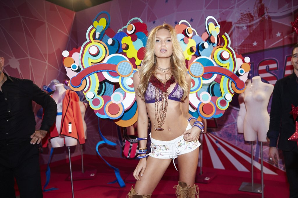 Romee in her Boho Psychedelic look about to break hearts on the runway. #VSFashionShow https://t.co/cA4RBt2QPE