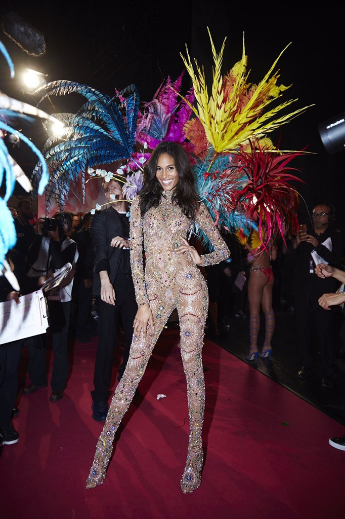 Talk about oohs & ahhs…the crowd just went WILD for @OfficialCindyB look. #VSFashionShow https://t.co/kJYL1juxgg