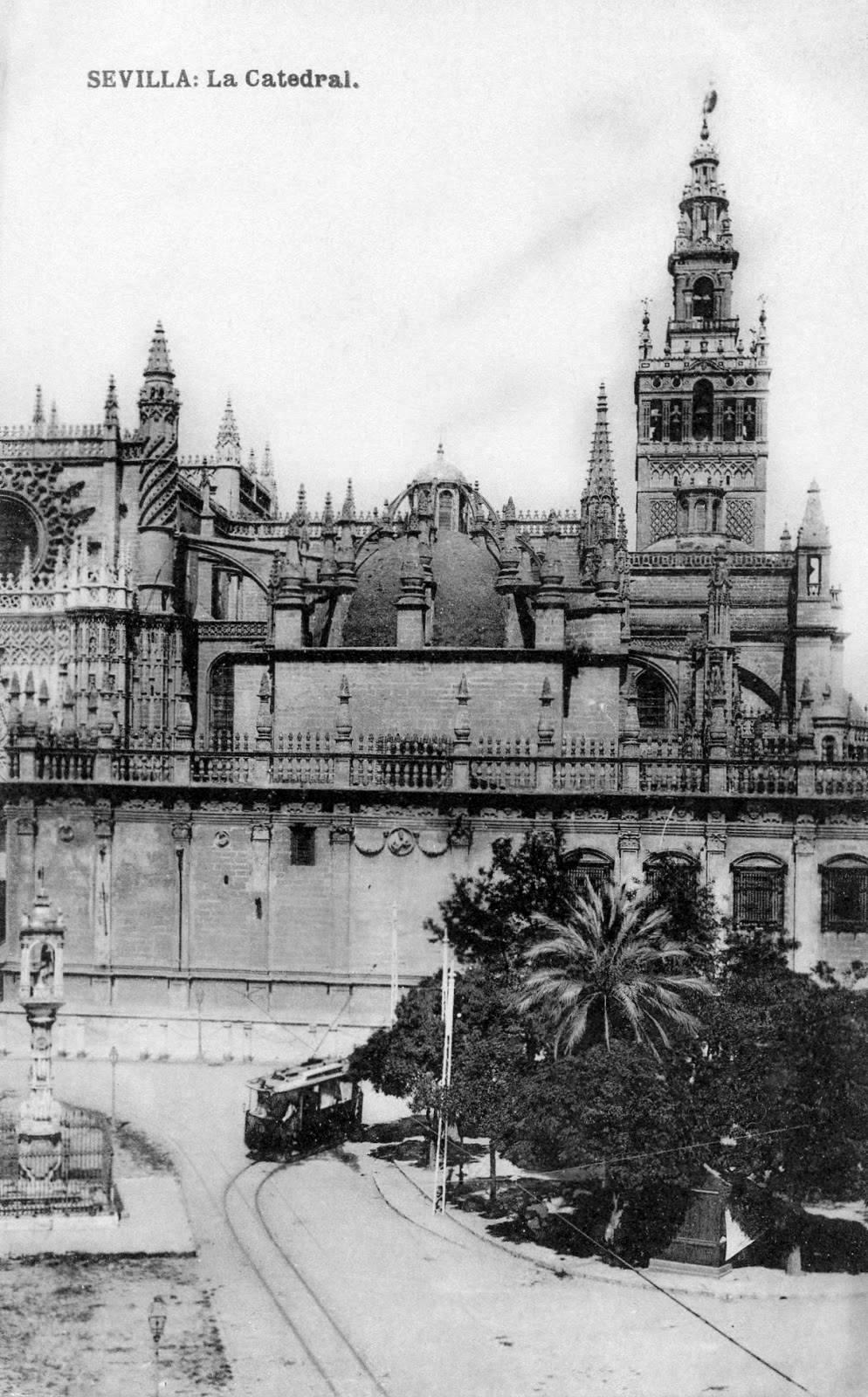 Tranvía pasando por la plaza del Triunfo con la Catedral y su Giralda como protagonistas.  Año 1915. https://t.co/xYlHrSJ8G1