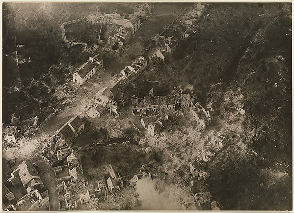 "Edward Steichen served in WWI, II. He pioneered aerial photography, as in 1918's ""Vaux #2, After Attack"" @metmuseum: https://t.co/KlyoMDXbvV"