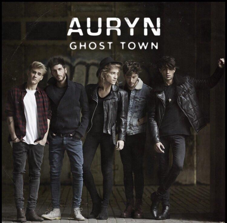Esta es la portada de #GhostTown. A la venta el 4/12. https://t.co/r2E2zR71xD