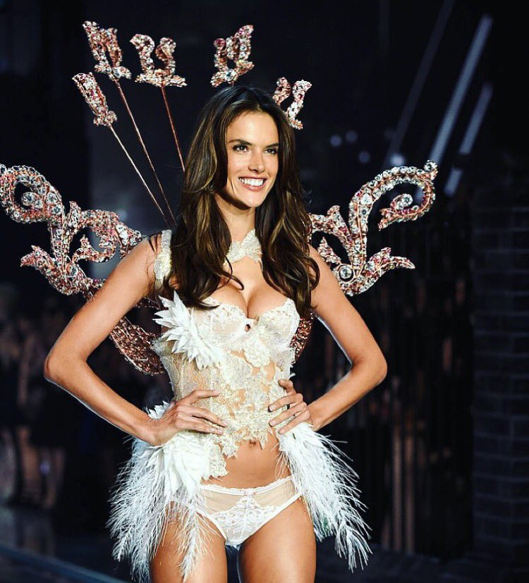 RT @AngelAlessandra: 14th @VictoriasSecret fashion show DOWN! And I love, love it ????????✨???????????? #VSFS2015 #VsFashionShow2015 https://t.co/YRKOVoBl…