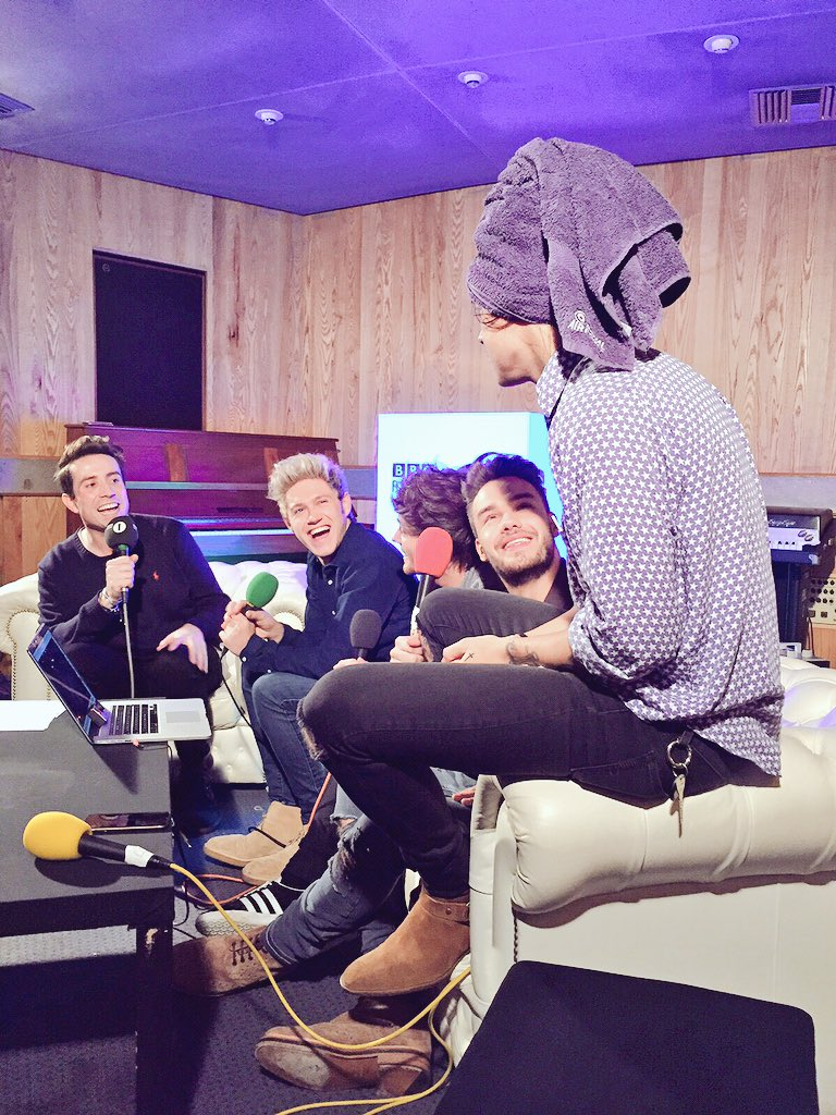 Find out why @Harry_Styles did this on Monday @R1Breakfast @onedirection #1DR1LiveLounge https://t.co/Q96CyFX4Kh