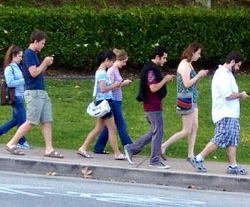 2015年德國網路票選「年度青少年用語」今天出爐:Smombie,由 Smartphone 與 Zombie 兩個字組合而成,意指「死盯著手機,以至於對周遭完全無視的人」。 https://t.co/lNg1CZCUMu