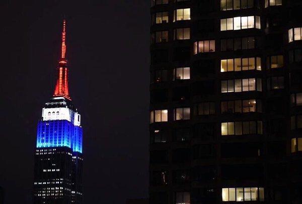 ニューヨークでは、ビルがフランス国旗トリコロールに。#PrayForParis #Paris #LeMondeEstUni #SaCestQueJappelleLaSolidariteMondiale https://t.co/kdrs8LoN6r