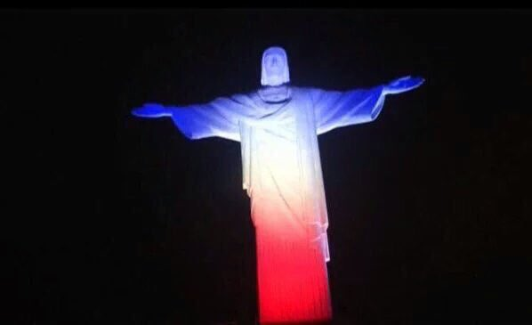 Christ the Redeemer lit up in the colours of the French flag, in honour of the victims of the Paris attacks. #9News https://t.co/qlHc5tWWZU
