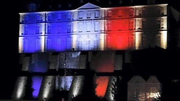 De azul, blanco y rojo se iluminan lugares emblemáticos en el mundo tras la tragedia en #París.  @_LASNOTICIASMTY https://t.co/NCYww3BNBL