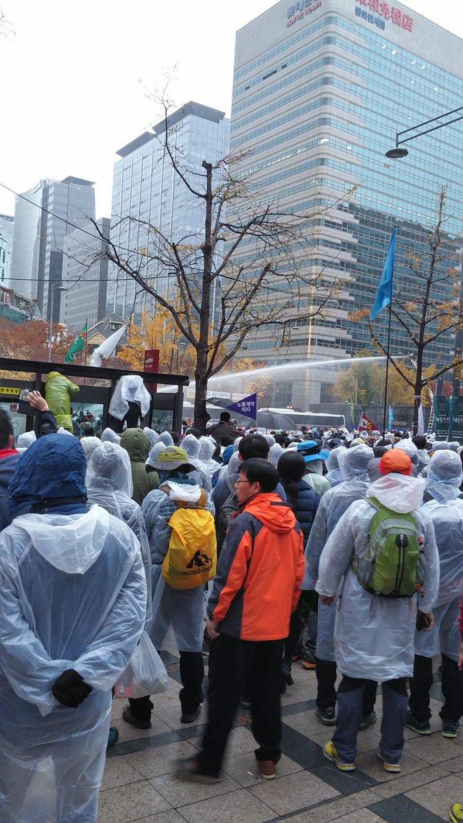 광화문. 물대포에 최루탄 쏜대요. 2015.11.14(토) https://t.co/eJ7KQhcMVx