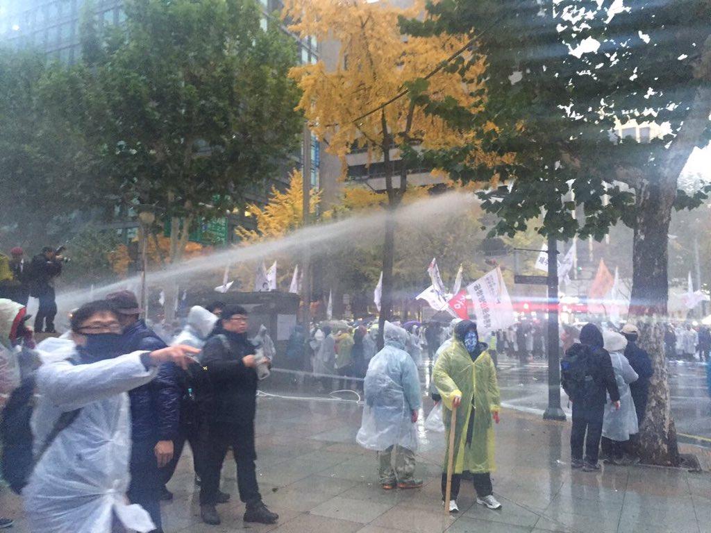 경찰은 오늘도 최루액을 섞은 물포를 조준하여 살포했습니다. 이는 국제법을 위반한 것입니다. #민중총궐기 #집회시위의자유 (사진:인권침해감시단) https://t.co/hYbmJbxNdY
