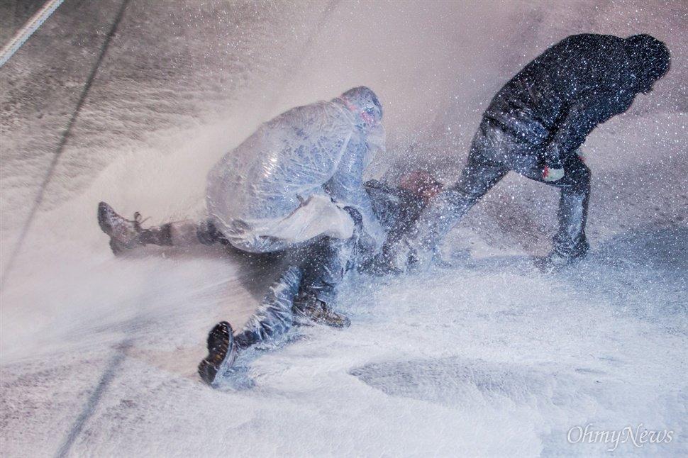 미친듯 쏴대는 물대포, 바닥 뚫을 듯한 수압 시위대에 직사... 부상자 속출... 넘어져도 계속 쏴  https://t.co/4z3EEwYDvh