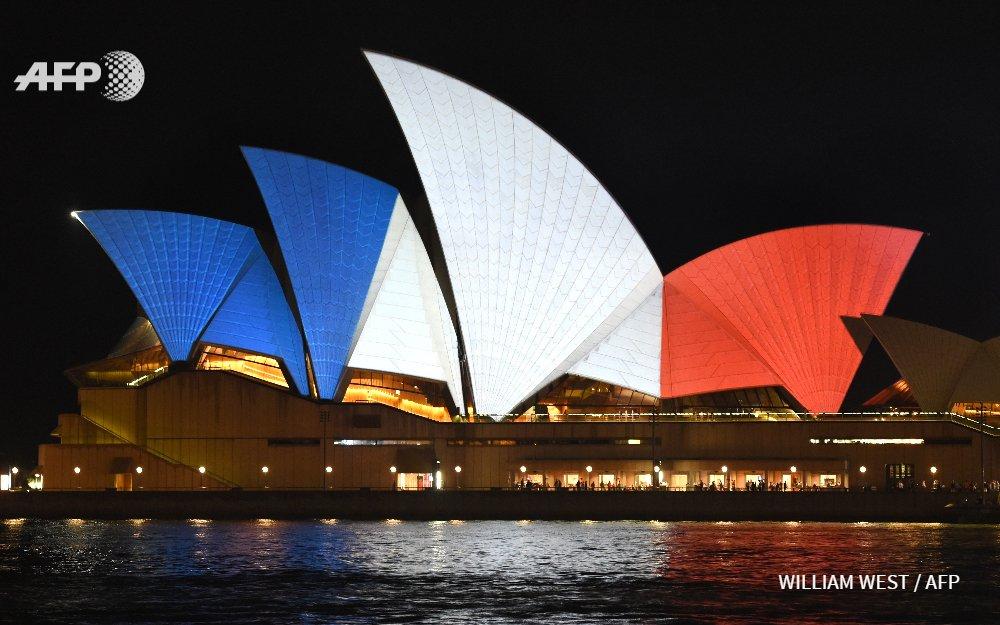 A Sydney l'Opera House aux couleurs de la France en signe de solidarité après les attentats de Paris #AFP