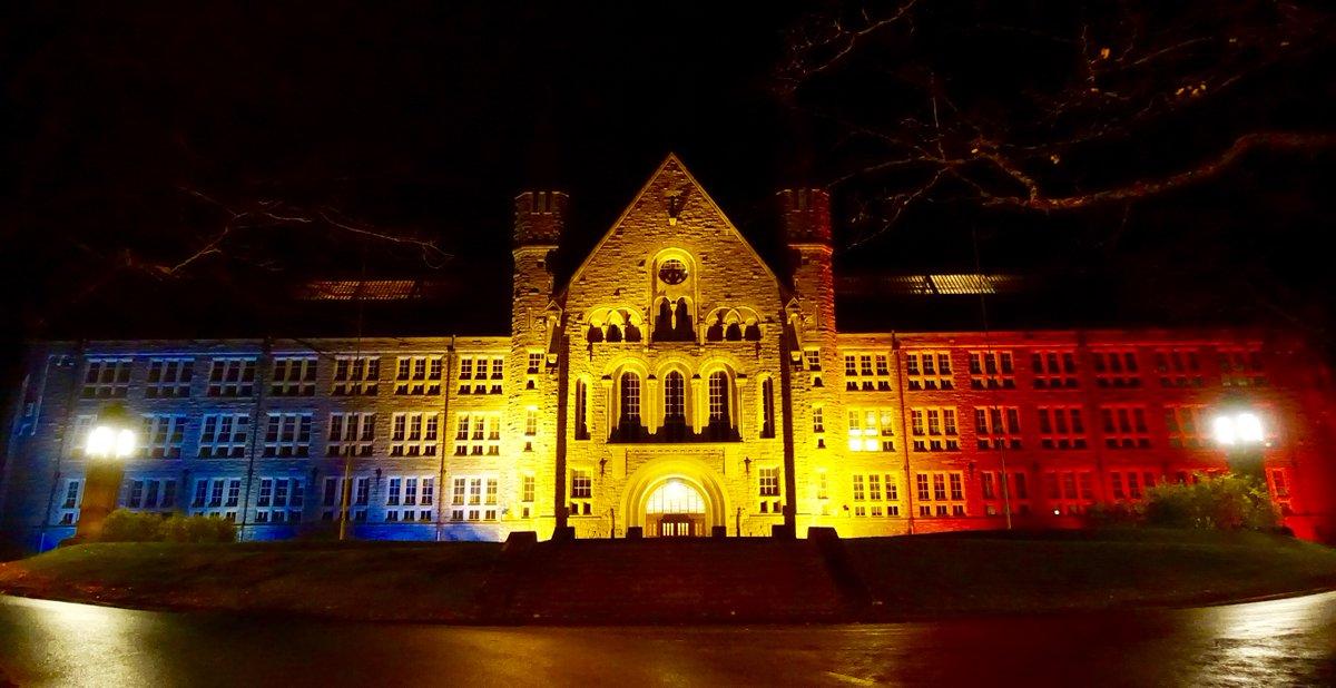I kveld er hovedbygningen på NTNU lyssatt i Trikolorens farger i solidaritet med det franske folk. https://t.co/2K78byoKRM