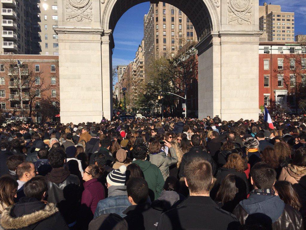 Rassemblement en mémoire des victimes des attaques de Paris à Washington Square, NY #NYCisParis av @BilldeBlasio https://t.co/QlV3ThHWwh