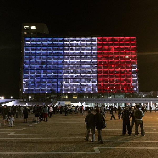 La place Rabin, à #TelAviv aux couleurs de la France #ISRAELwithPARIS https://t.co/sDsLxuji7v