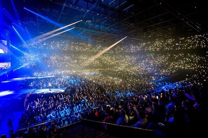 Maurice Wijnen (@mauricewijnen): This moment I will never forget: 14.000 lights to support #Paris in @ZiggoDome #Amsterdam. @MiC2015NL https://t.co/CezjXY2kT8
