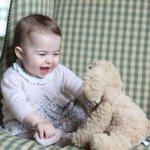 Família real britânica divulga nova foto da princesa Charlotte ❤ https://t.co/i0h9fWgZwd #G1 https://t.co/Bya94rJsrz