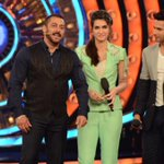 [PICS SET 4]: @kritisanon @Varun_dvn with @BeingSalmanKhan On The Set Of @BiggBoss! #BB9WithSalmanKhan #Dilwale https://t.co/BeGWfnfVX5