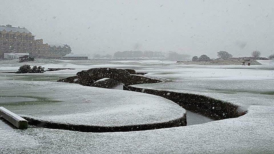 The Old Course looking beautiful in the snow today in this photo by Mika Schmeling #StAndrews https://t.co/9xbqgigQLs