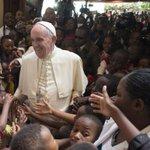 [MUNDO] El papa abandona Kenia y viaja a Uganda. https://t.co/8cEcPHSL0j https://t.co/nwblaLtphy