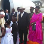 @Pontifex welcomed by President @KagutaMuseveni and First Lady @JanetMuseveni in pictures #PopeInUganda https://t.co/pakGdiXOme