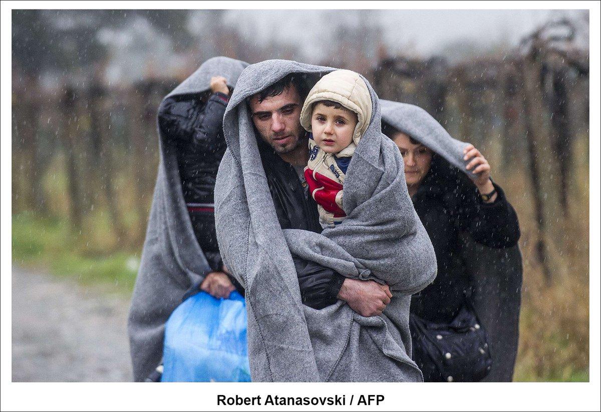 Bajo la nieve, en la frontera de Grecia con Macedonia. Fotografía de @RAtanasovski @AFP #migrants https://t.co/HVzjAEsEuN