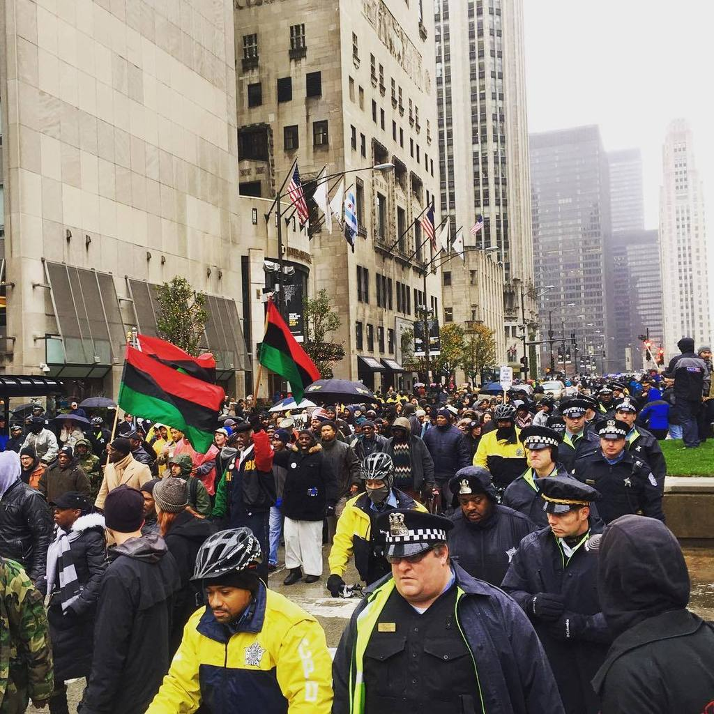 Protesters succeed in shutting down the Mag Mile on #BlackFriday. Spotted many people in s… https://t.co/tO0n5hkPK2 https://t.co/FbR9UcFBhD