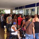 #Cuba Desesperados, muchos se agolpan a las afueras de las aerolíneas https://t.co/ni0ZXJYpbq https://t.co/aVSwlgpKis