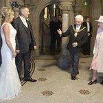 عام2012 قام شخص وخطيبته في بريطانيا بطباعة كروت زفافهم فقاما بإرسال واحدة لملكة بريطانيا كدعابة... وحضرت فعلاً https://t.co/wWirBUeSSy
