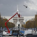 #COP21 Une éolienne installée sur les Champs Elysées #AFP https://t.co/GmeN35QMiv